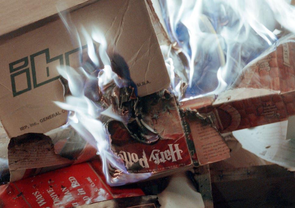 Копия Гарри Поттера горит во время протеста в Нью-Мексико - пастор назвал это «шедевром сатанинского обмана»,