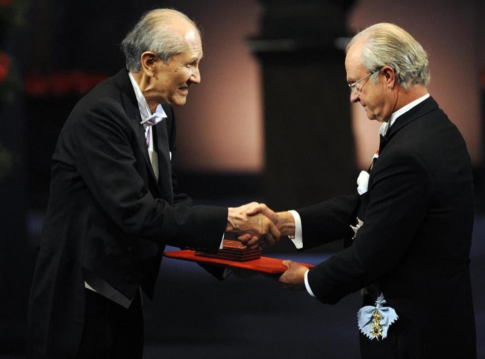 Shimomura receiving his Nobel gold medal from Swedish king Carl XVI Gustaf in Stockholm in 2008