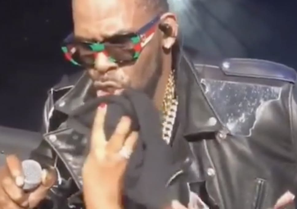 84455361a R Kelly lets fans wipe his sweat during his concert on 10 November, 2018 in