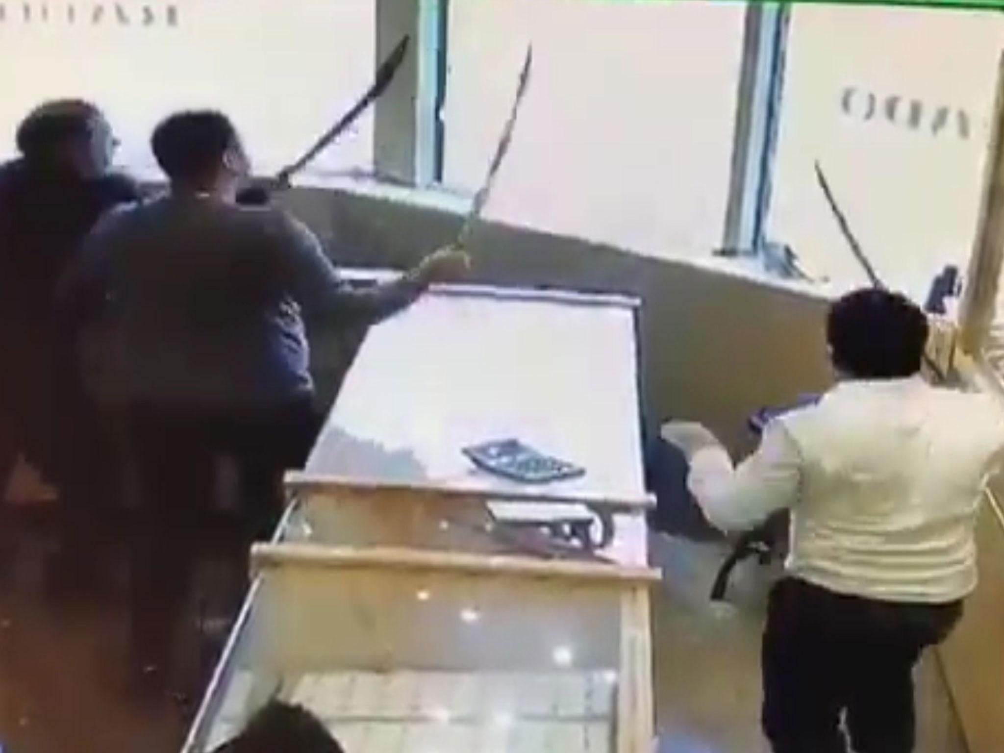Jewellery store staff use swords to fight off would-be thieves in CCTV footage