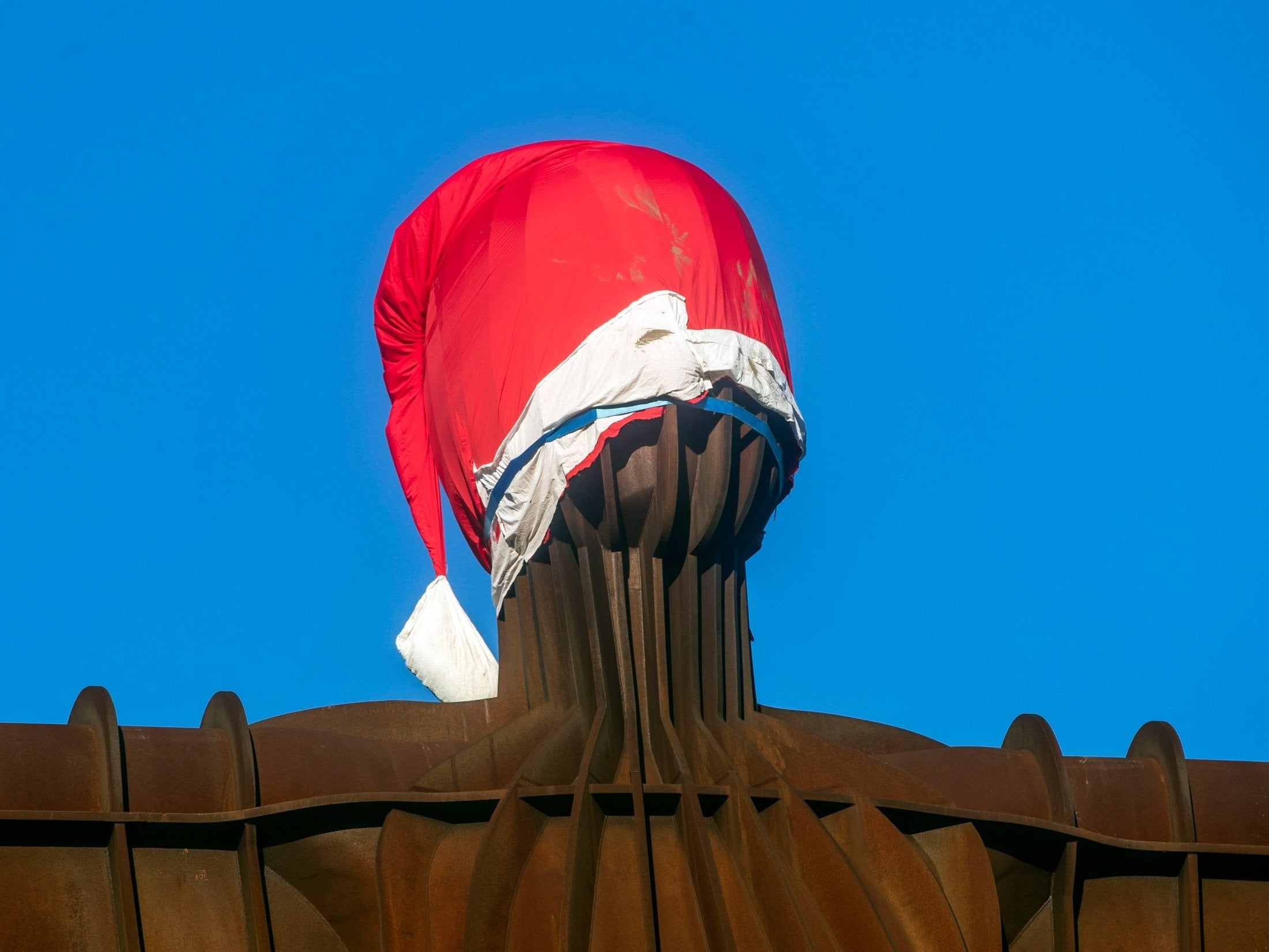 4baea089751 Pranksters place Santa hat on Angel of the North in seventh attempt ...
