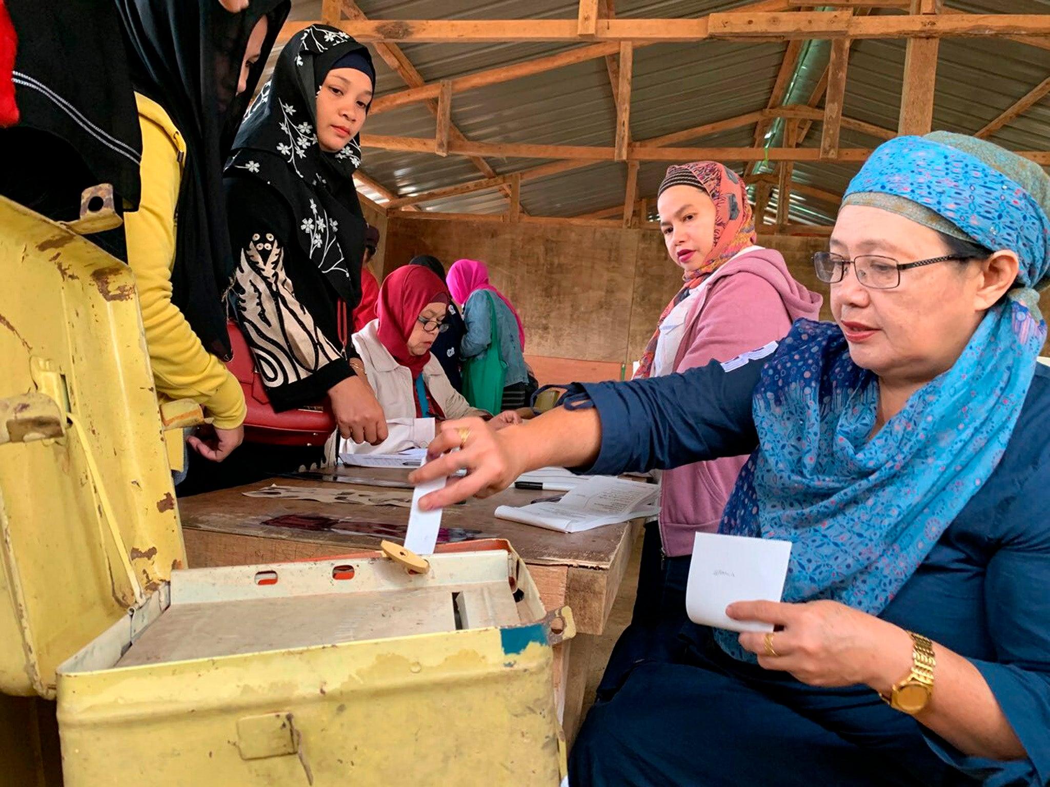 Muslim Filipino voters in autonomous region | The Independent