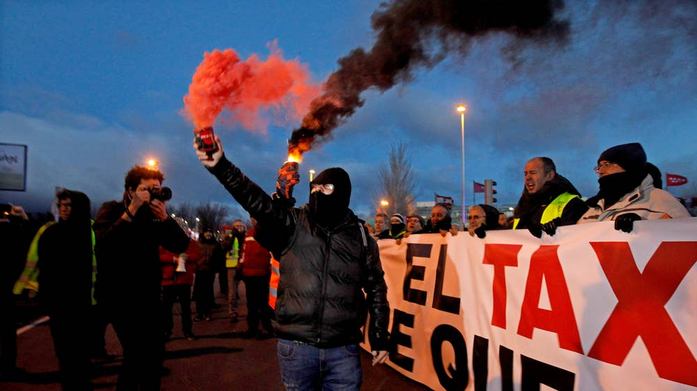 Madrid Uber protests: Riot police deployed as taxi drivers