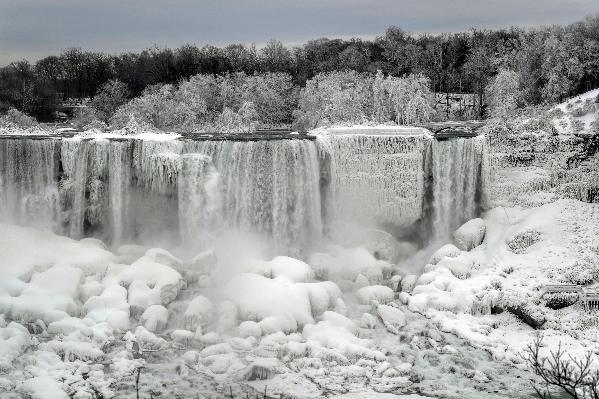 niagara falls turns into winter wonderland as it. Black Bedroom Furniture Sets. Home Design Ideas