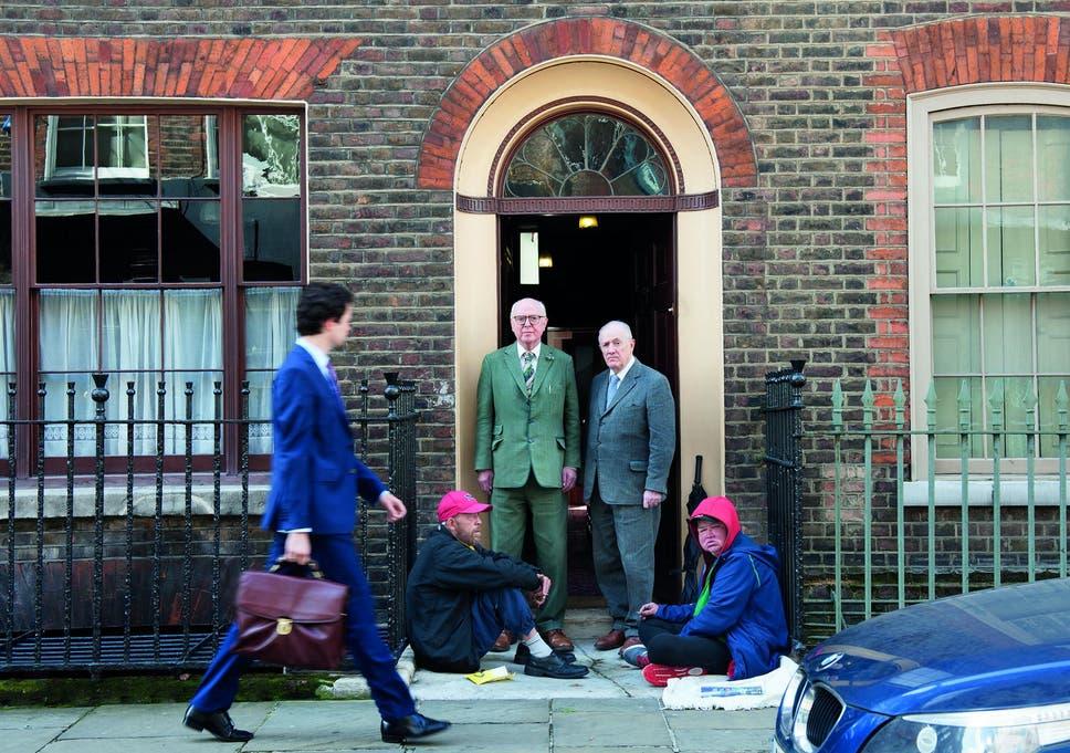"""吉尔伯特和乔治在Spitalfields的家门外:""""我们真的相信福尼尔街是我们世界的中心"""""""