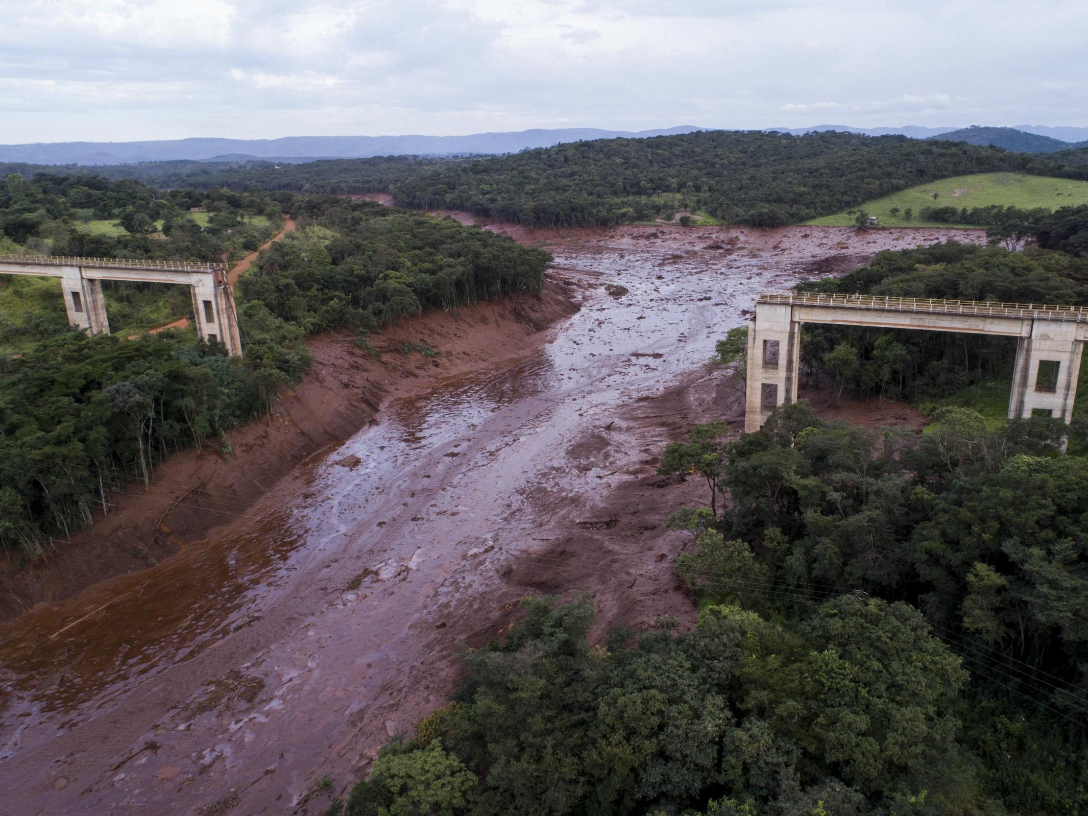 Brazil dam collapse: Bid to rescue hundreds missing after disaster kills ten in Brumadinho