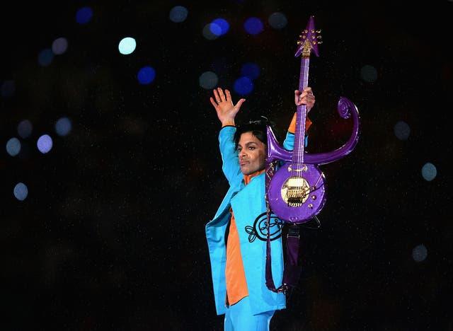 """<p>Prince actúa durante el """"Pepsi Halftime Show"""" en el Super Bowl XLI entre los Indianapolis Colts y los Chicago Bears el 4 de febrero de 2007 en el Dolphin Stadium en Miami Gardens, Florida. </p>"""