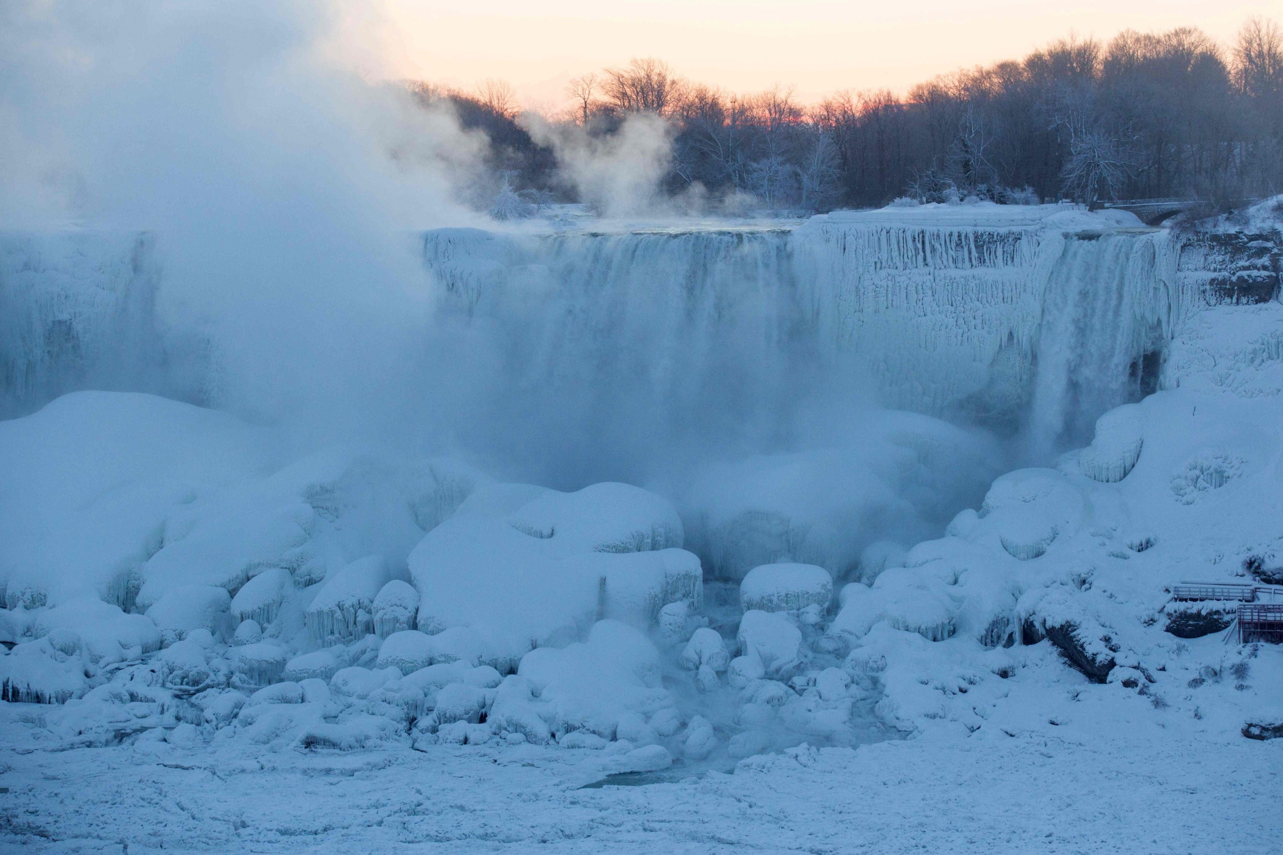 Niagara Falls Freezes Over With Mesmerising Results The