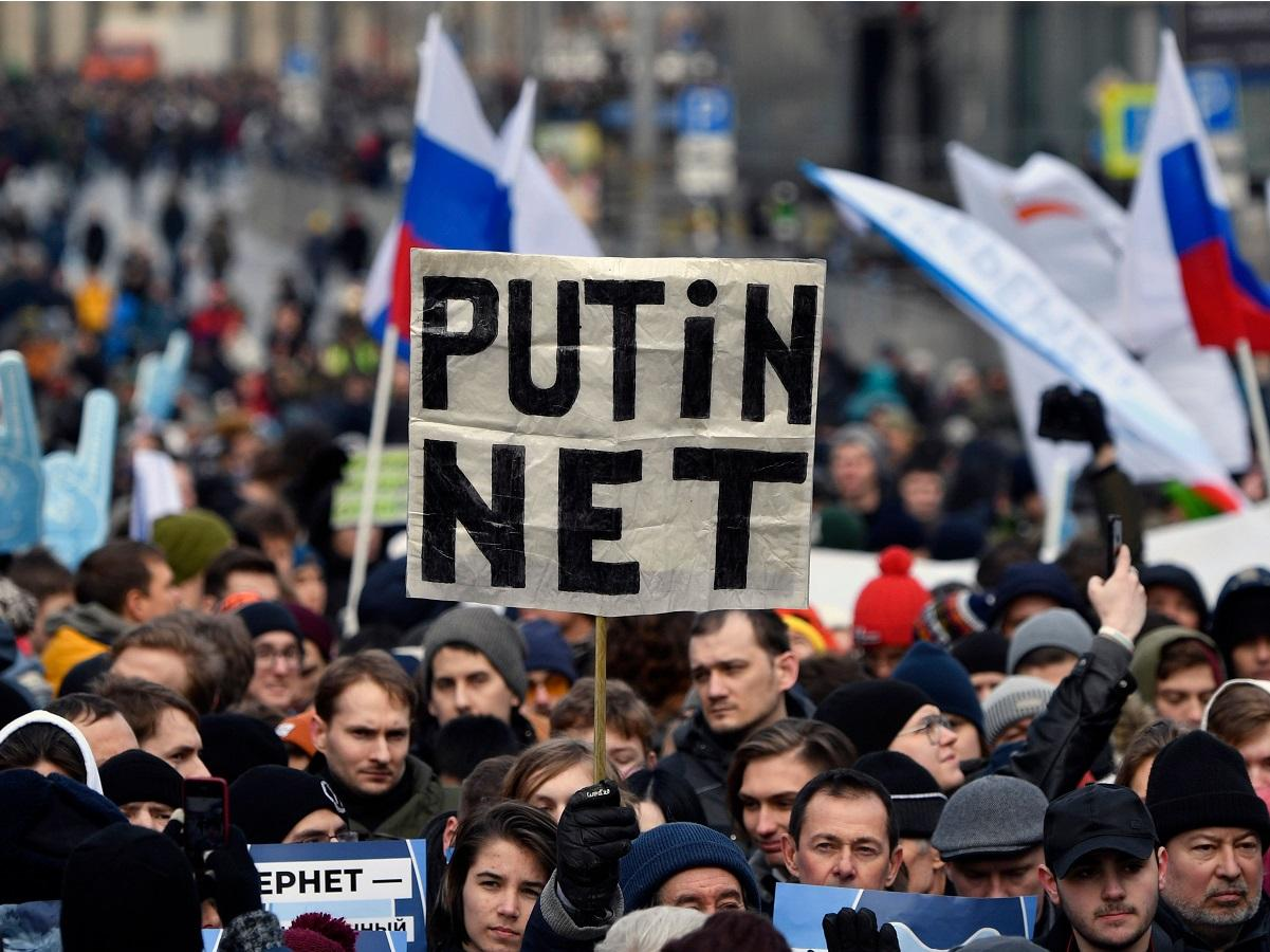 Russia protests: Thousands march against plans to cut off internet from rest of world