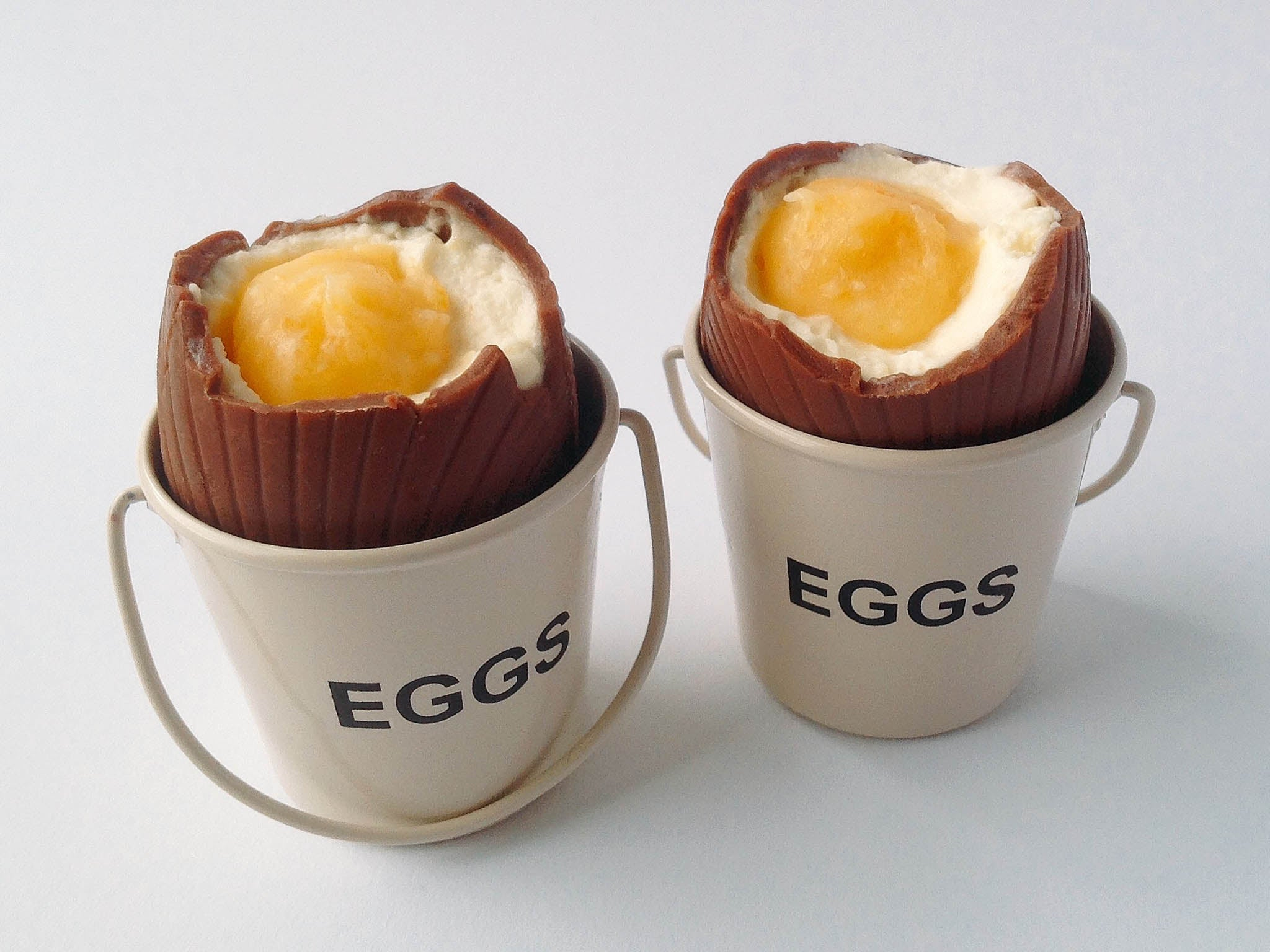 How to make cheesecake-filled chocolate eggs for Easter 1