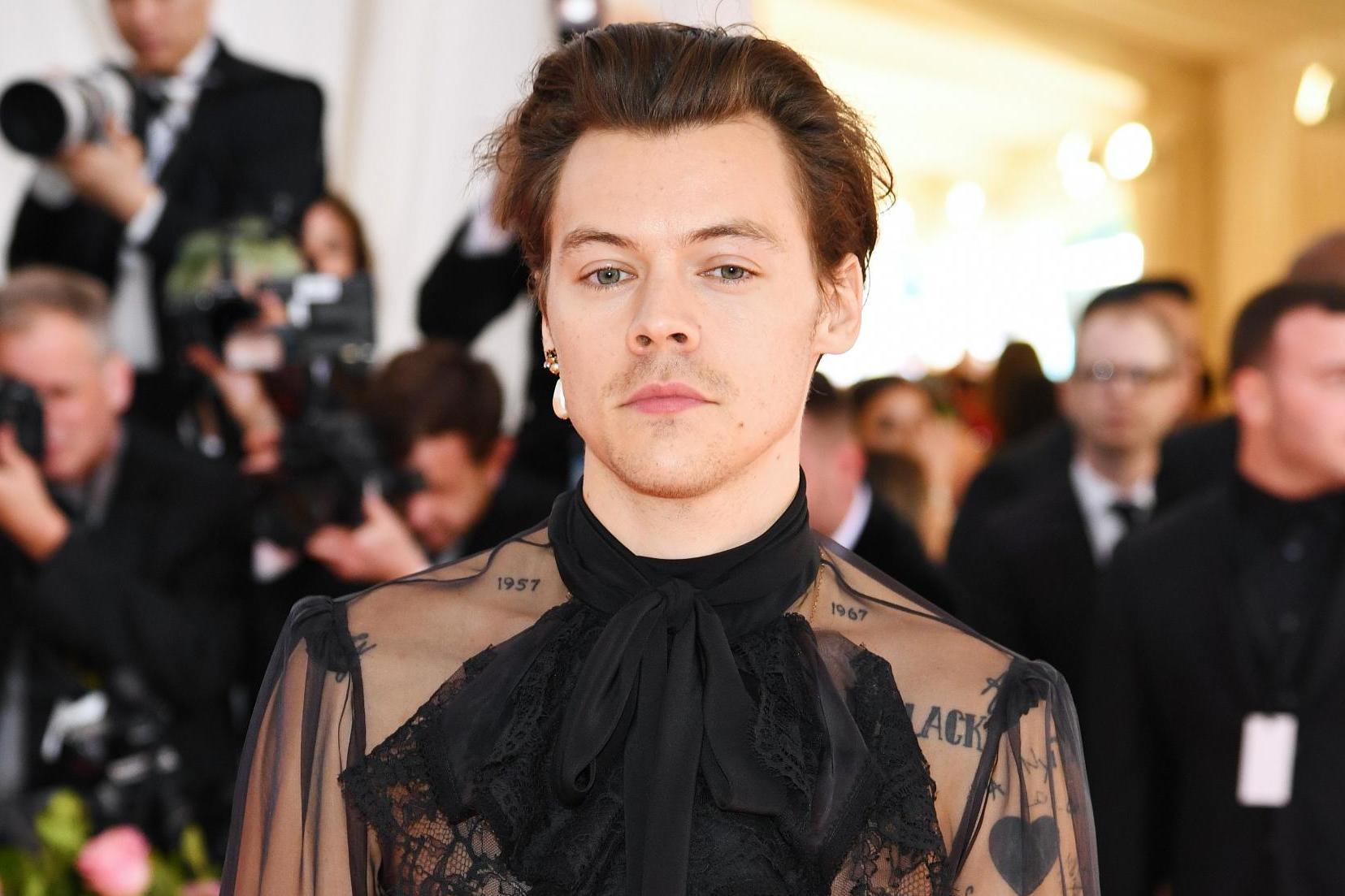 Met Gala 2019 Harry Styles Wears Earring And Heeled Shoes On Red Carpet The Independent