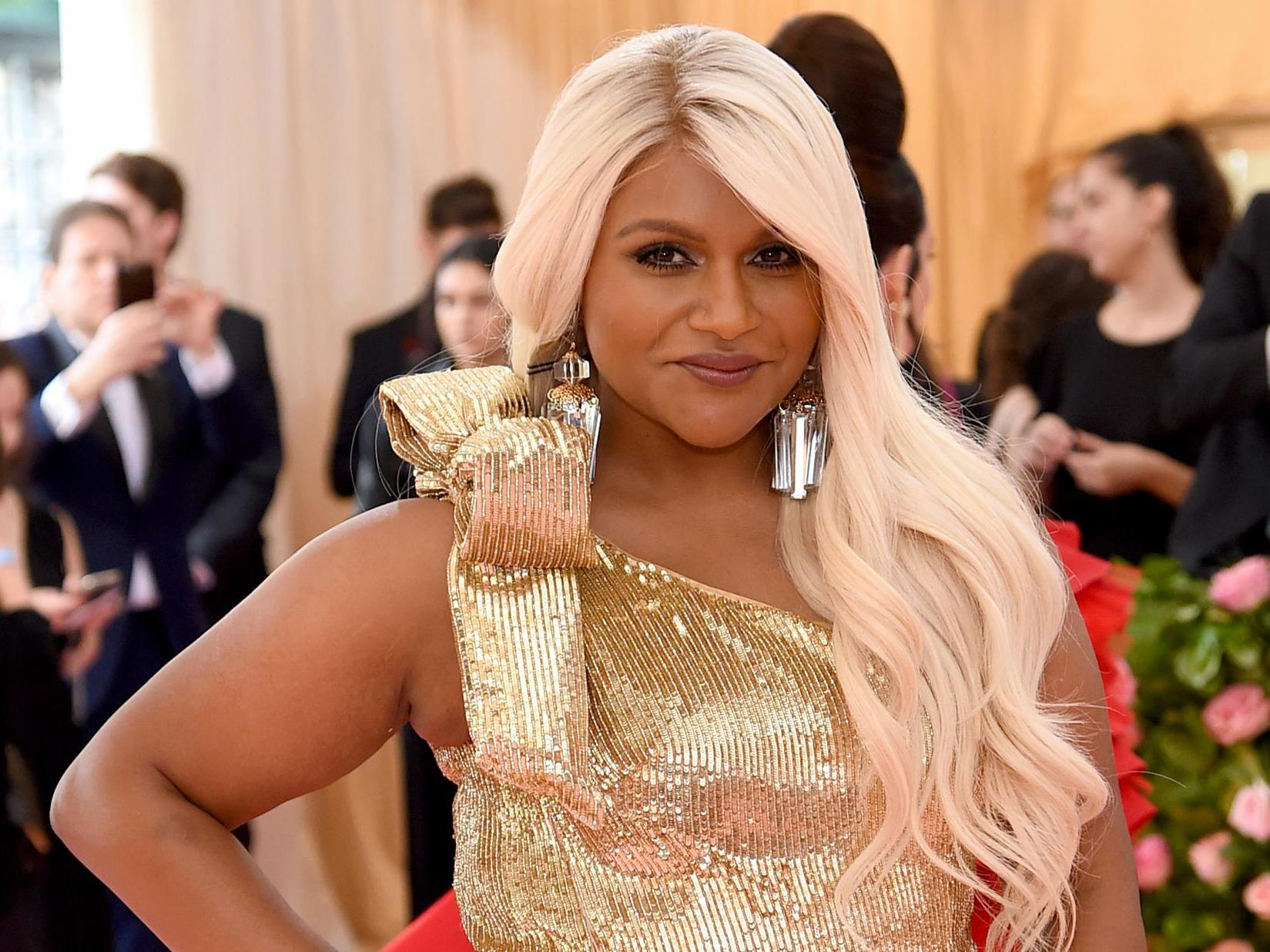 Met Gala 2019 Mindy Kaling Goes Blonde For Camp Fashion Spectacle The Independent
