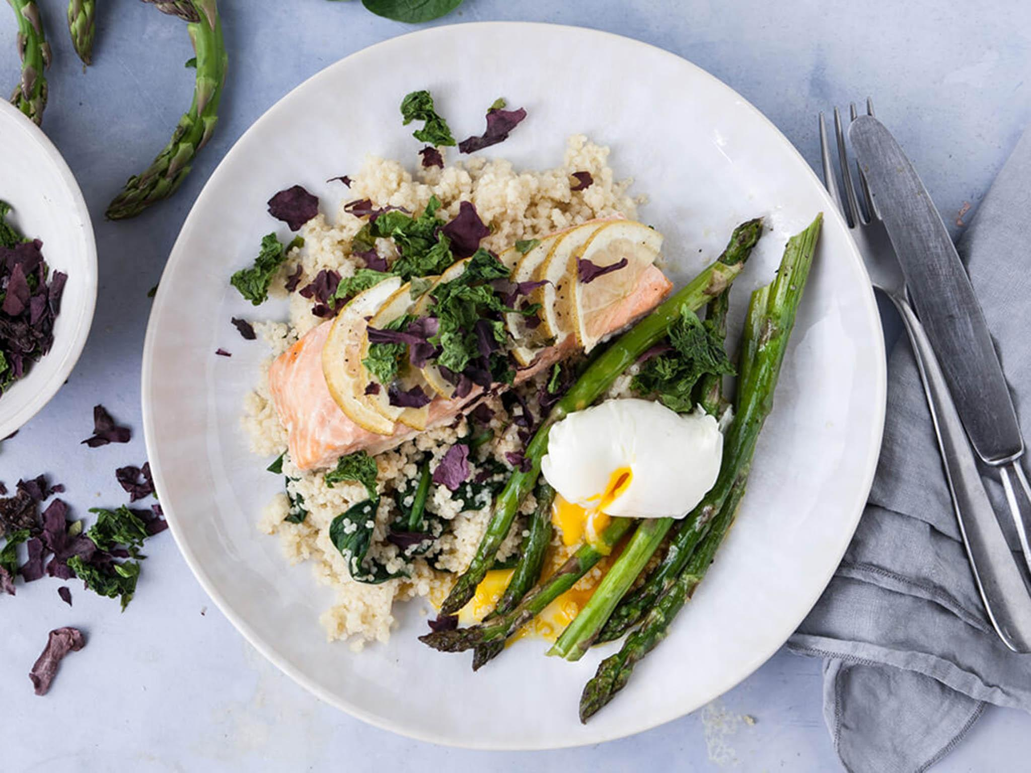 How to make salmon, poached egg, asparagus and seaweed 1