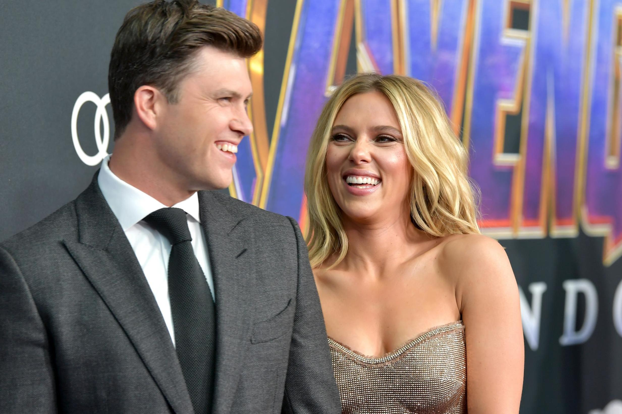 Scarlett Johansson Announces Engagement To Snl Host Colin Jost The Independent The Independent