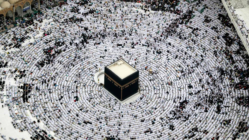 Thousands of Muslims worship in Mecca for the final days of