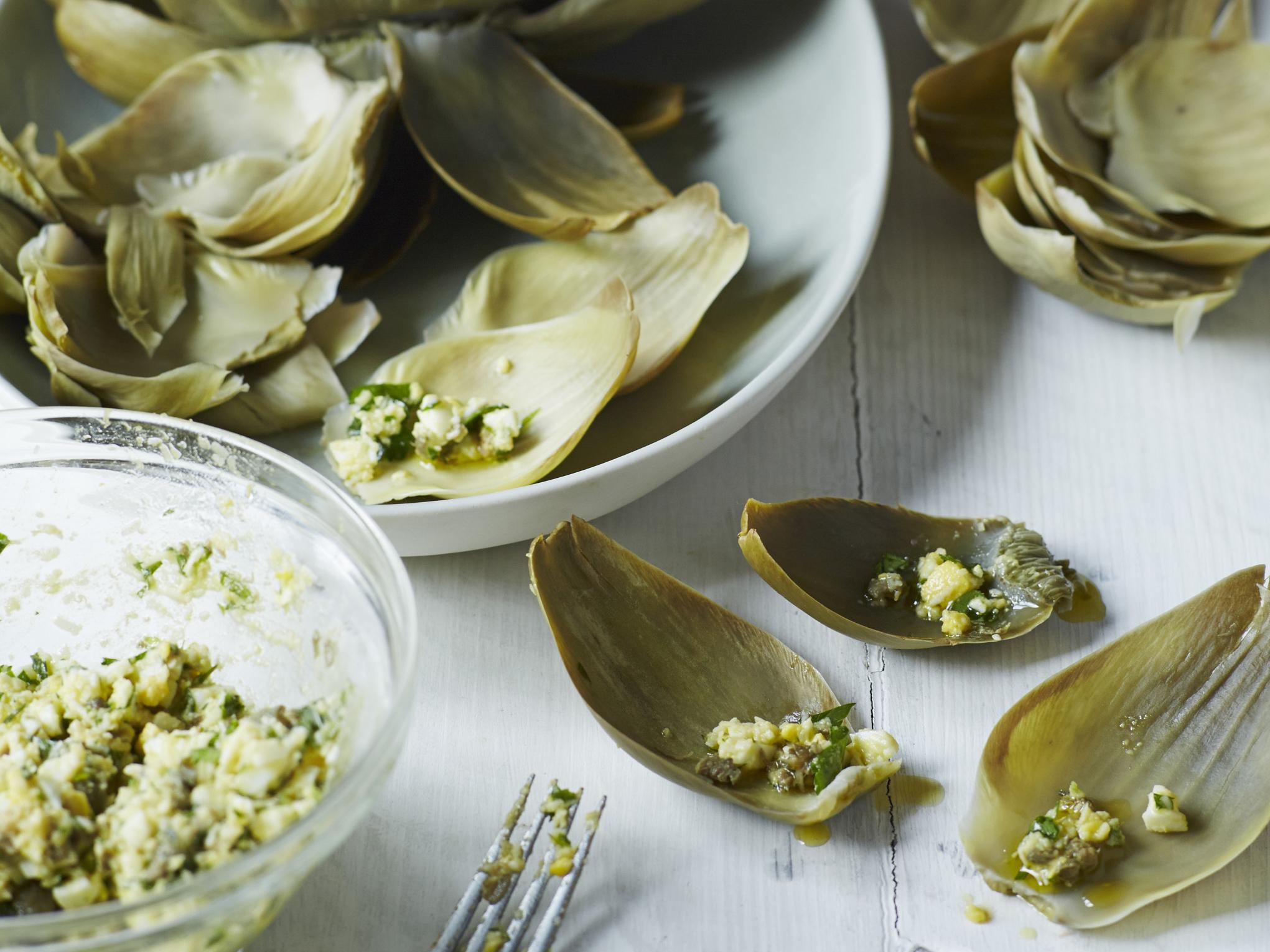 How to make cold stuffed artichokes with eggs, capers and green herbs 1