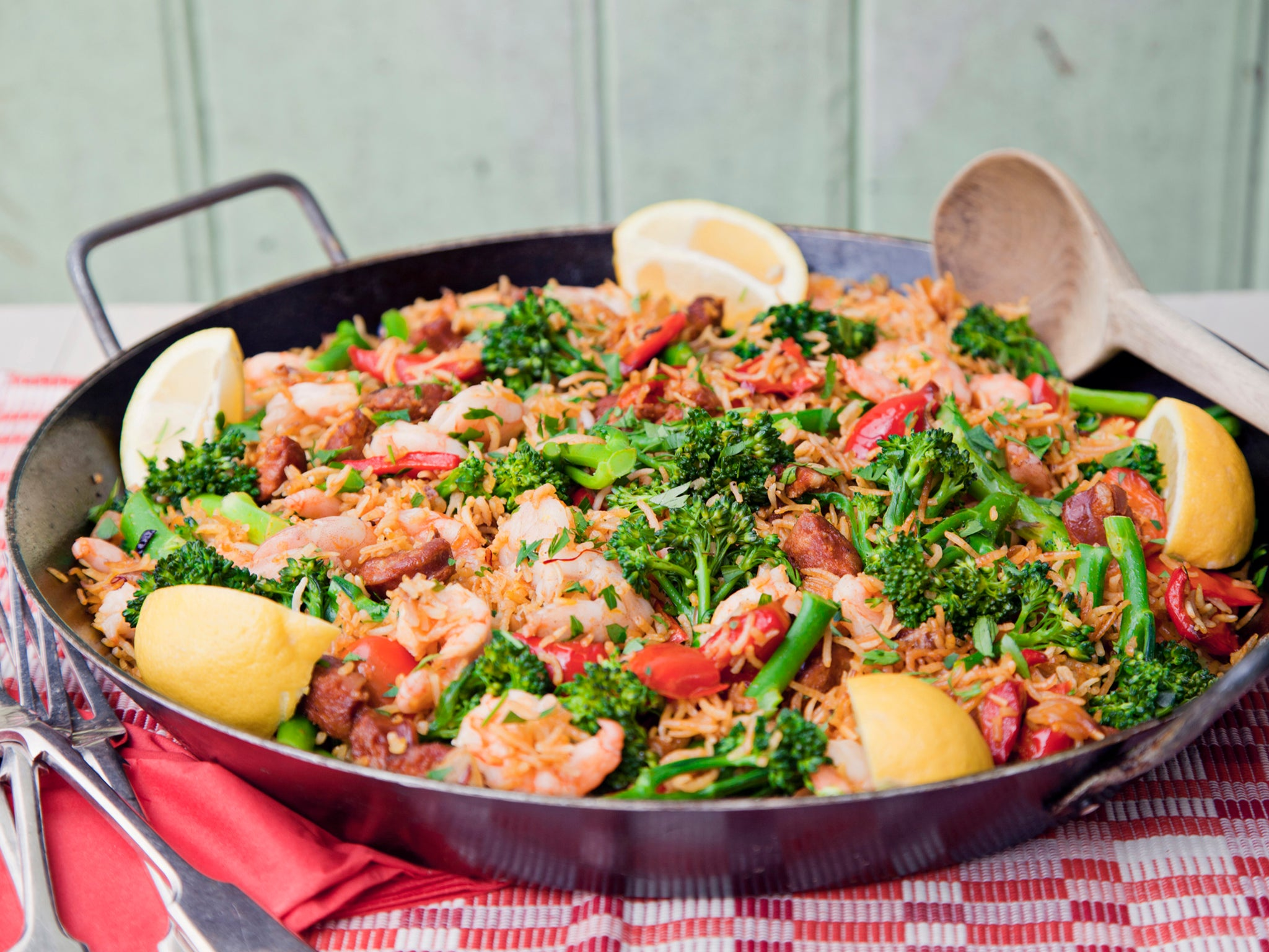 How to make Spanish baked paella with prawns, tenderstem broccoli and pepper 1