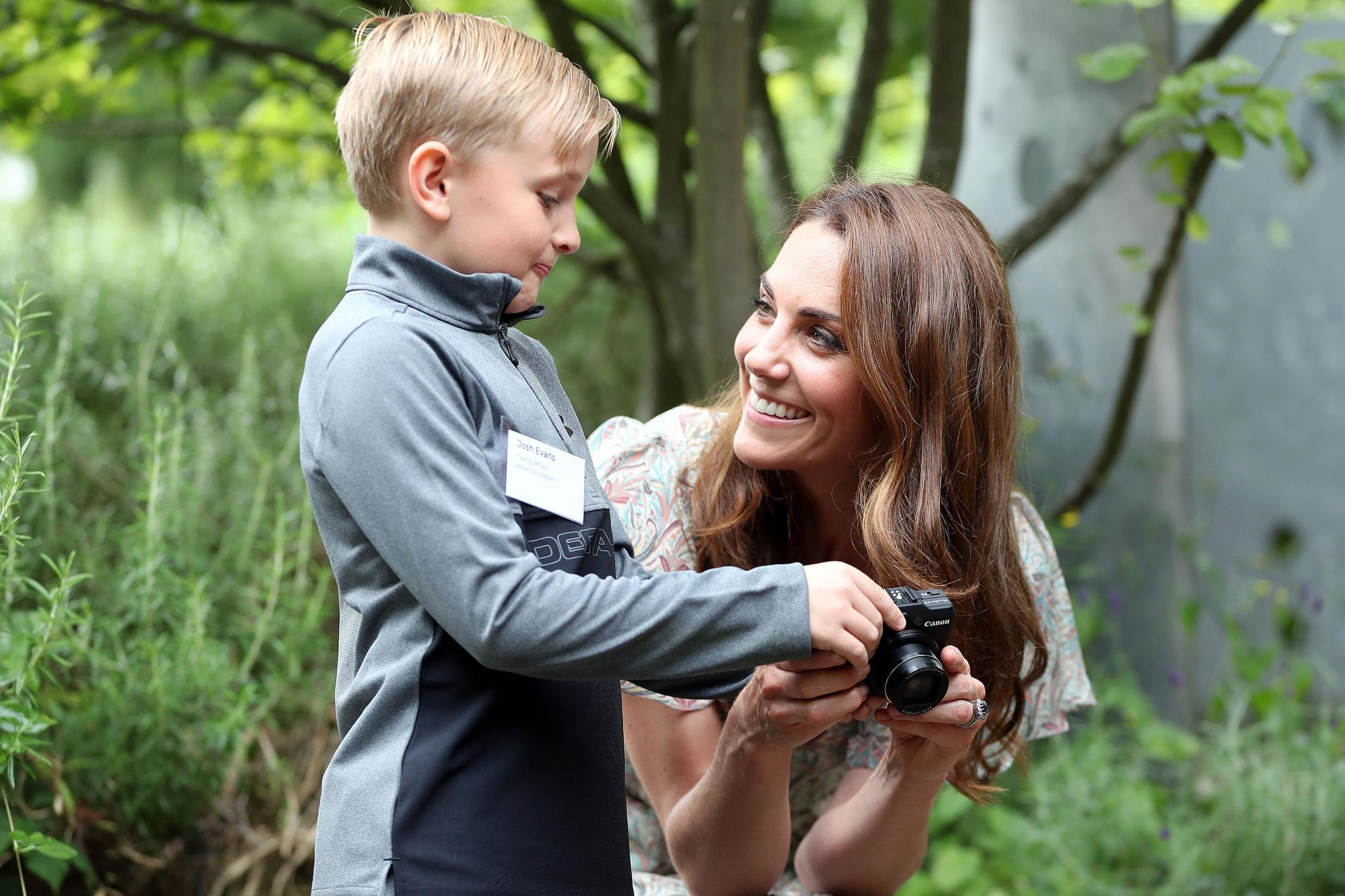Dia juga telah lama memiliki minat dalam fotografi, bahkan beberapa kali merilis foto anak-anaknya yang merupakan hasil tangkapan kameranya.