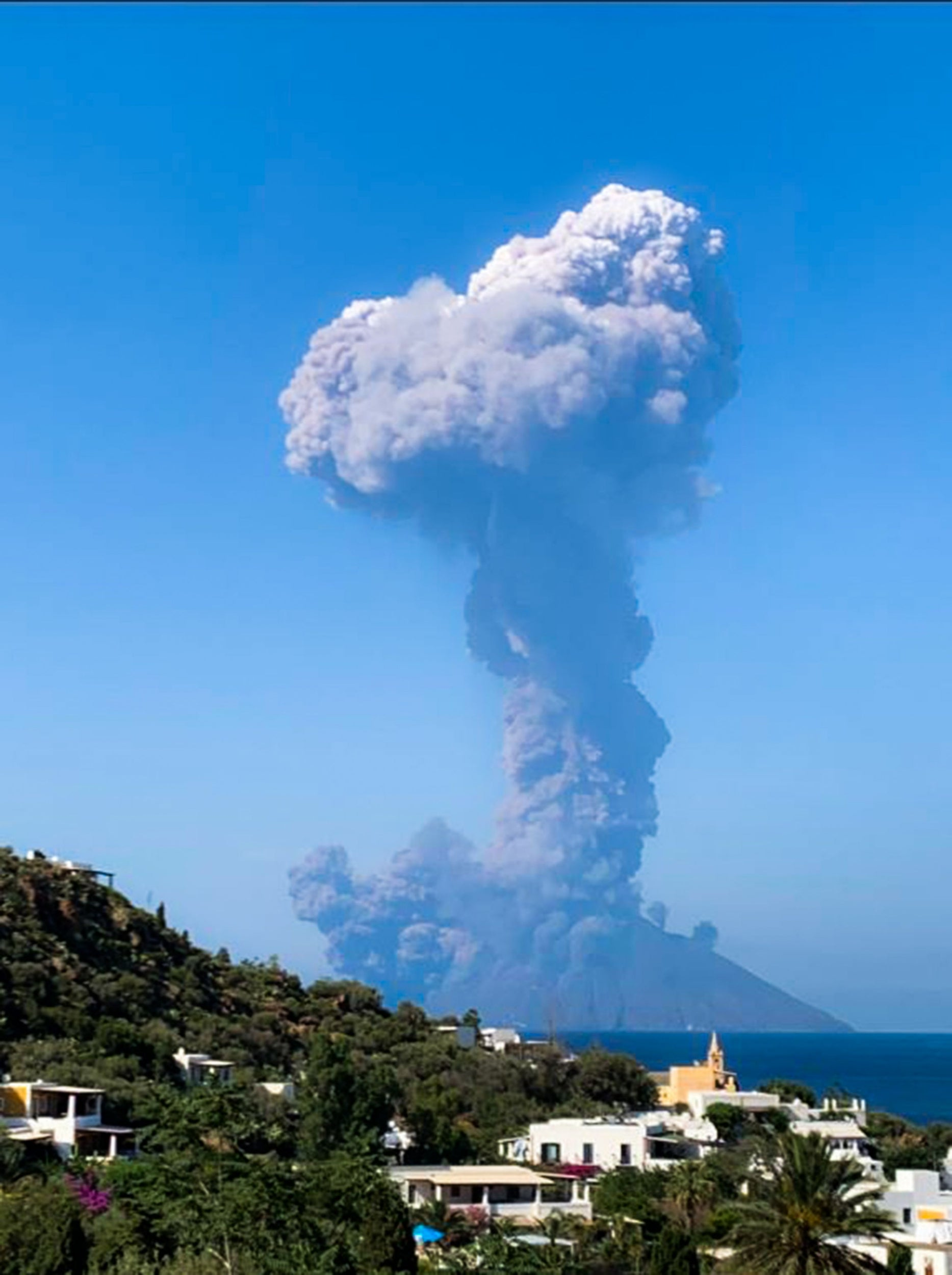 Stromboli eruption: Tourists flee 'high intensity' explosion