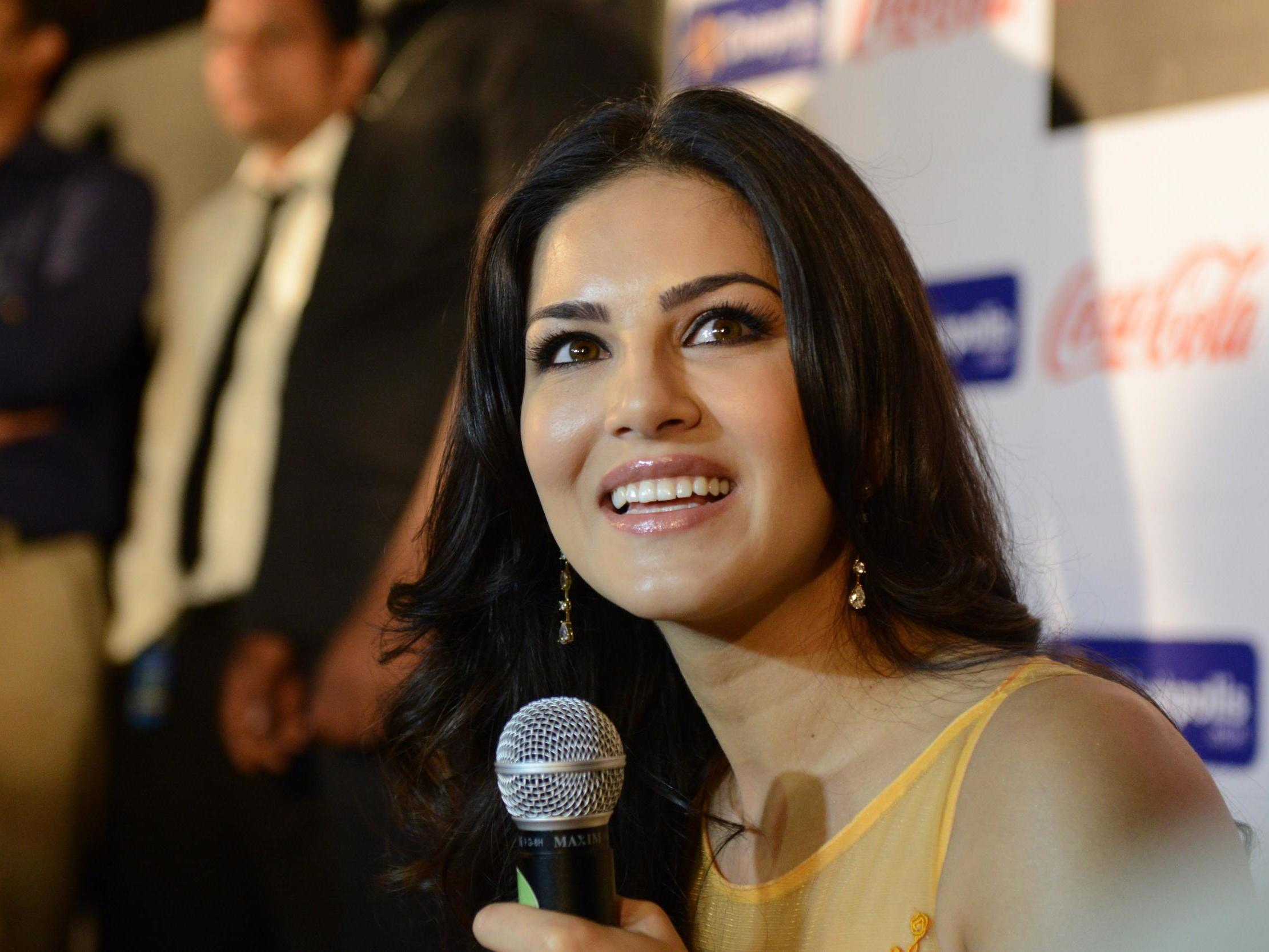 Bollywood Star Sunny Leone Apologises After Man Whose Number