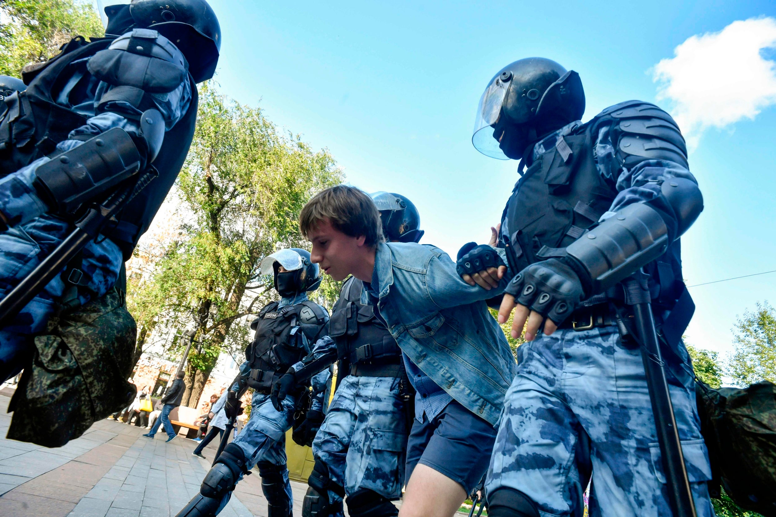 https://static.independent.co.uk/s3fs-public/thumbnails/image/2019/08/03/16/Moscow-protests-12.jpg