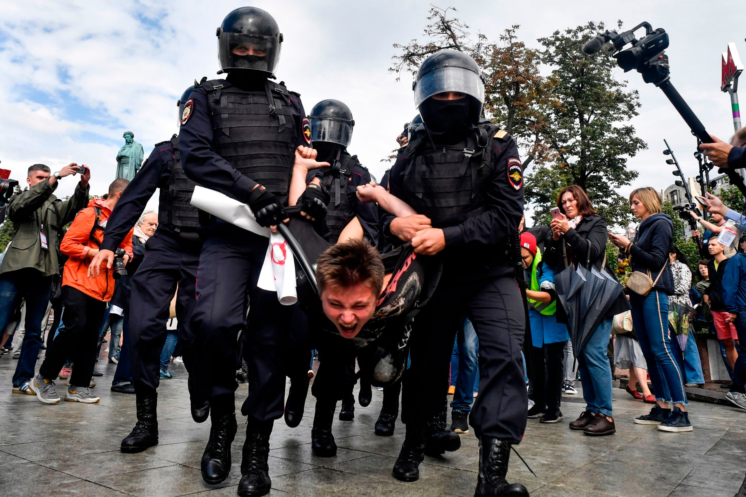 https://static.independent.co.uk/s3fs-public/thumbnails/image/2019/08/03/16/Moscow-protests-4.jpg