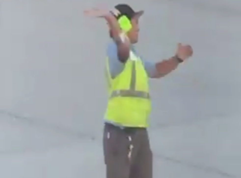 Passenger plays rock-paper-scissors with airline employee (Twitter)