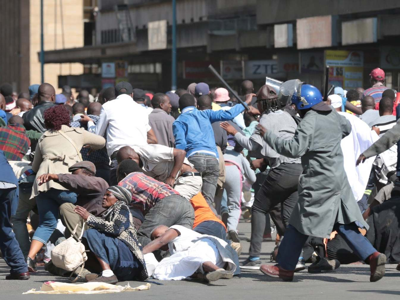 Zimbabwe: Police fire teargas, beat up anti-government protesters demonstrating against economic crisis