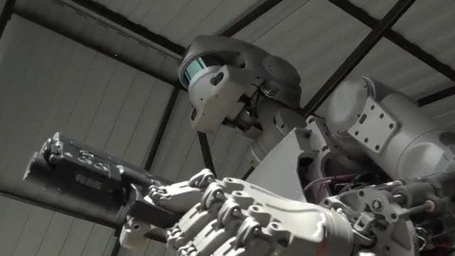 La Russie a lancé un robot humanoïde dans l'espace sur une fusée en direction de la Station spatiale internationale (ISS).  Robot Fedor passera 10 jours à bord de l'ISS, mettant en pratique des compétences telles que l'utilisation d'outils pour résoudre les problèmes à bord.  Auparavant, le vice-Premier ministre russe Dmitri Rogozine a partagé des vidéos de Fedor se comportant avec une précision mortelle et tirant avec des armes sur la décharge.
