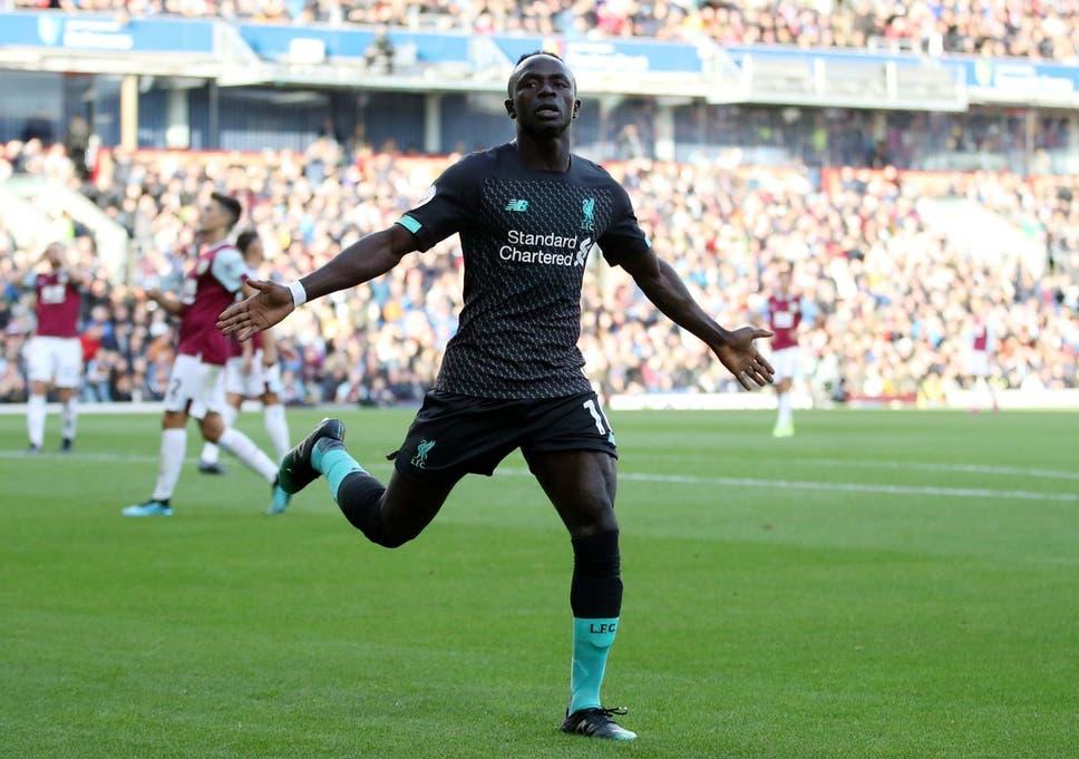 Sadio Mane merayakan mencetak gol kedua Liverpool melawan Burnley