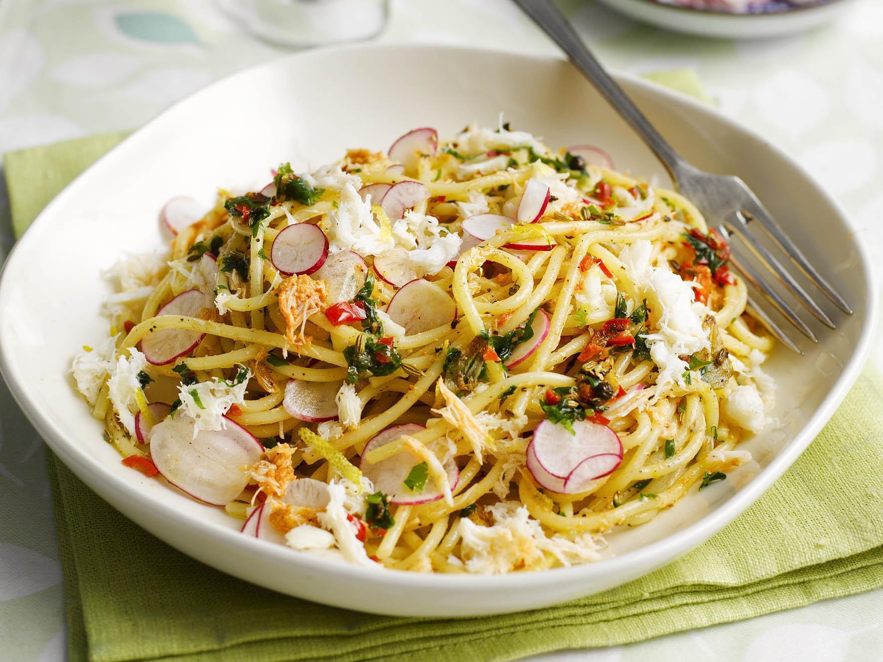 How to make spaghetti with crab, lemon, chilli, parsley and radish shavings 1