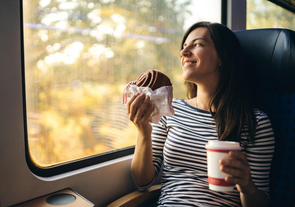 Membawa makanan dan minuman sendiri ketike bepergian dengan kereta jarak jauh
