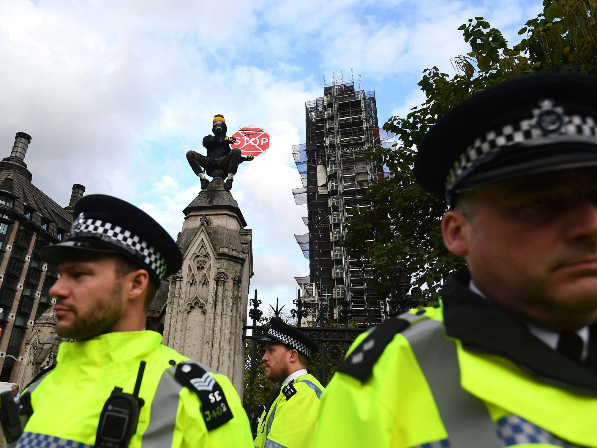 Extinction Rebellion: Protesters defy London ban, scaling buildings and blocking roads