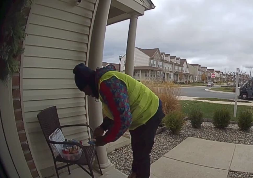 Amazon Delivery Worker S Priceless Reaction To Customer S Gift