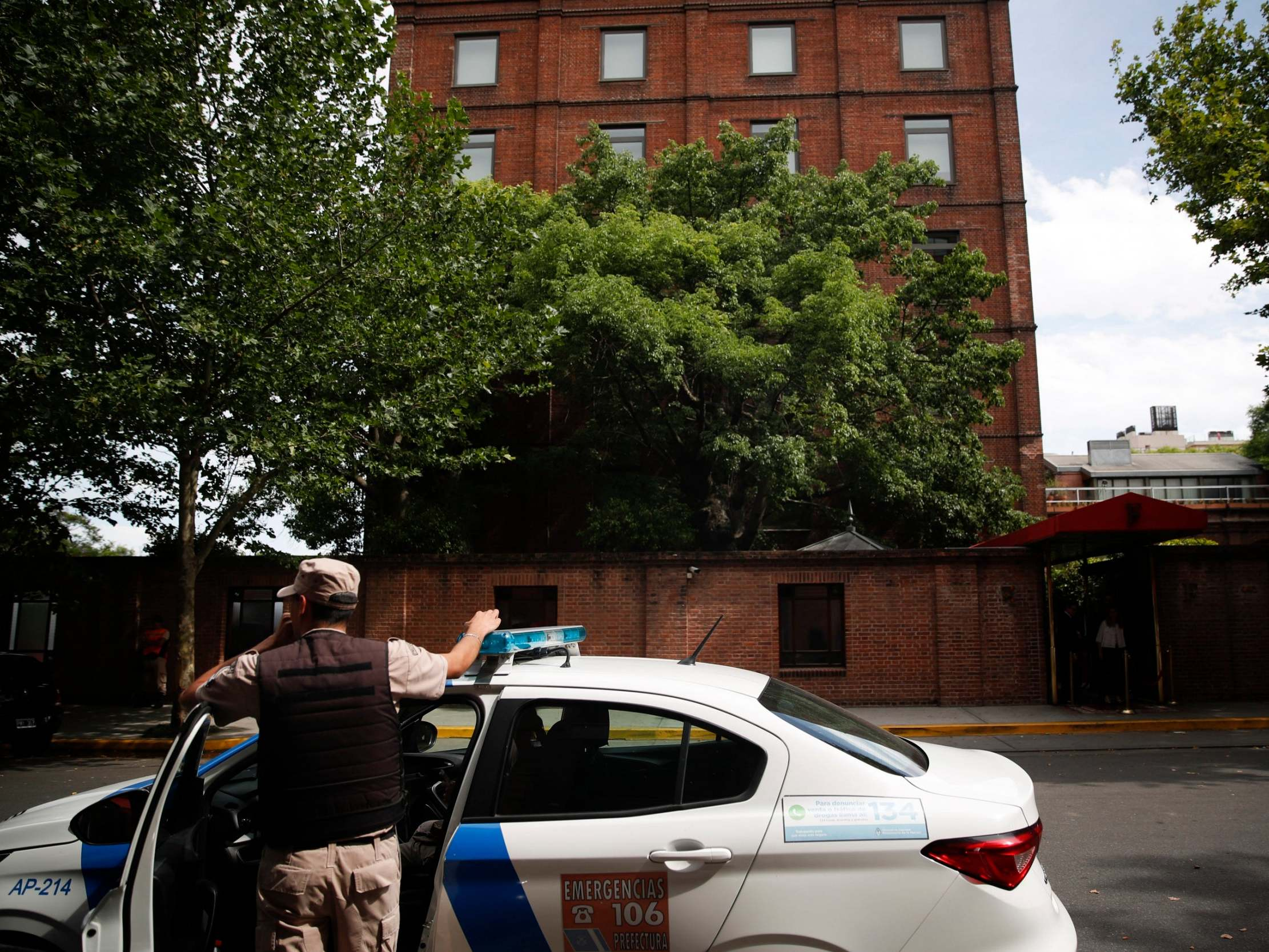 Argentina: British tourist 'shot dead in front of son' in daylight robbery