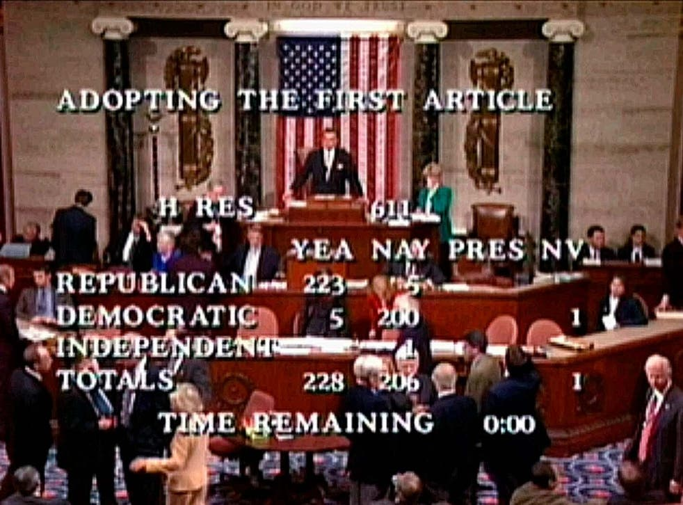 En esta imagen de archivo de video del 19 de diciembre de 1998, el orador Ray LaHood se prepara para anunciar la votación de la Cámara de 228-206 para aprobar el primer artículo de juicio político, acusando al presidente Bill Clinton de cometer adulterio ante un gran jurado federal en Washington.