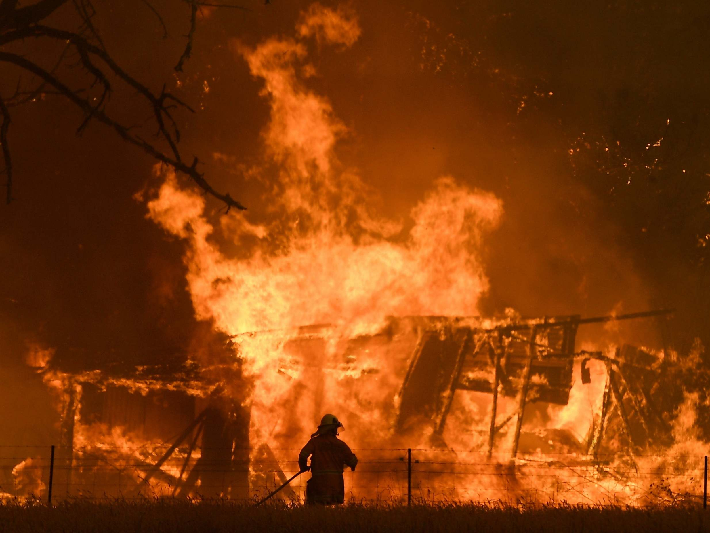 Australian wildfires: Tens of thousands told to evacuate in Victoria as bushfires intensify