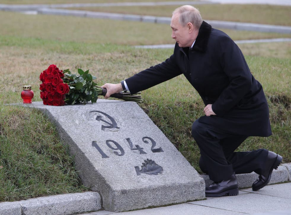 Russian President Vladimir Putin attends a wreath laying commemoration ceremony for the 75th anniversary since the Leningrad siege was lifted during World War Two, at the Bounday Stone east of Saint Petersburg on 18 January