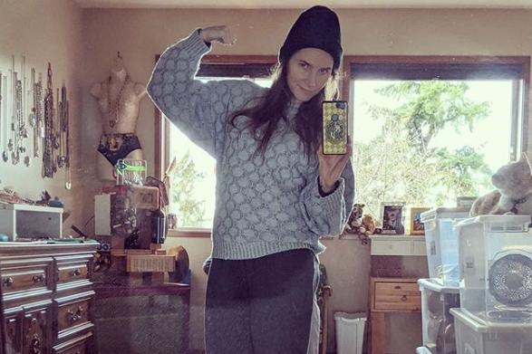 Amanda Knox posts selfie in old prison uniform as her 'something old…