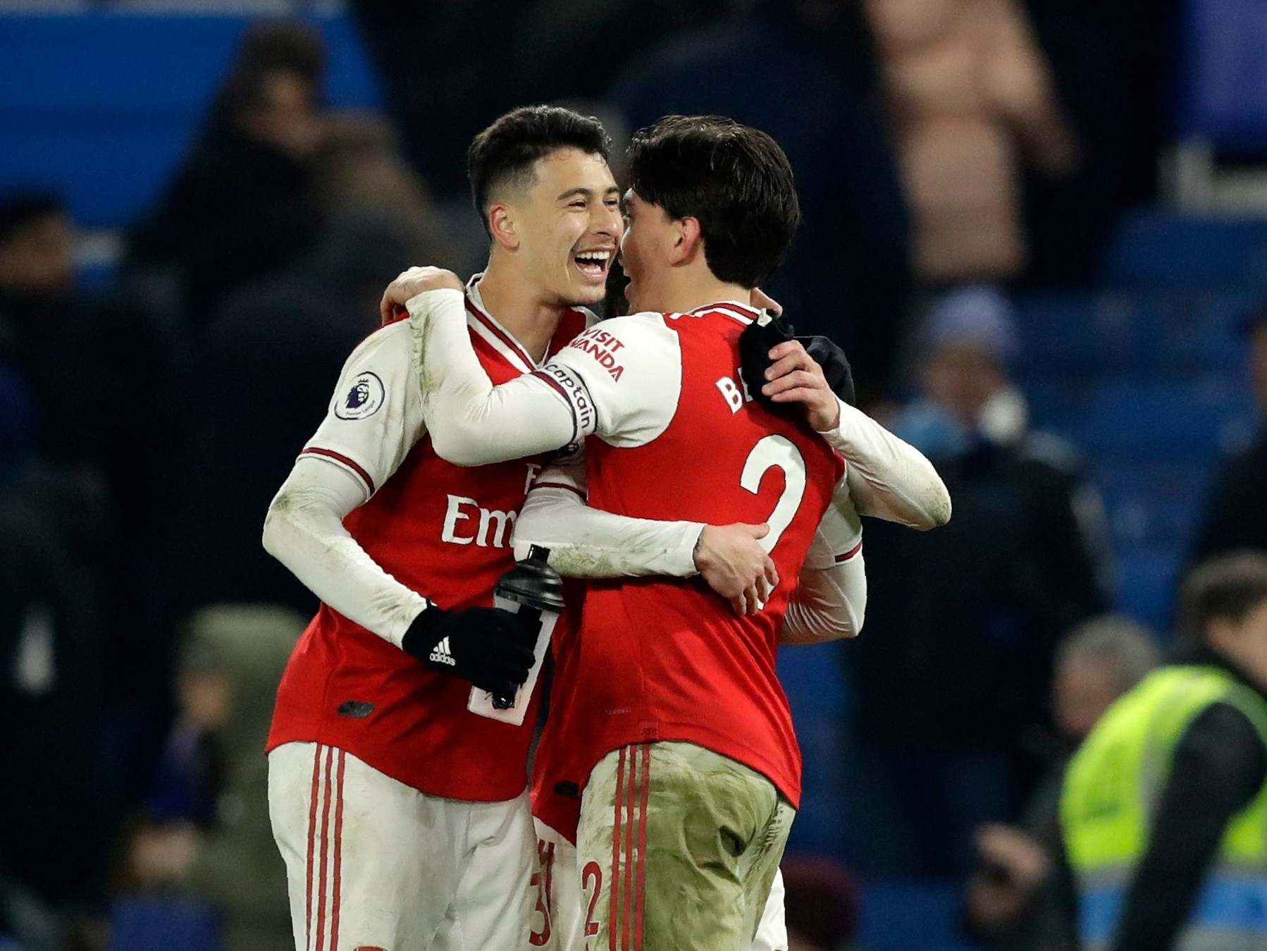 Bellerin rescues 10-man Arsenal in chaotic draw against Chelsea