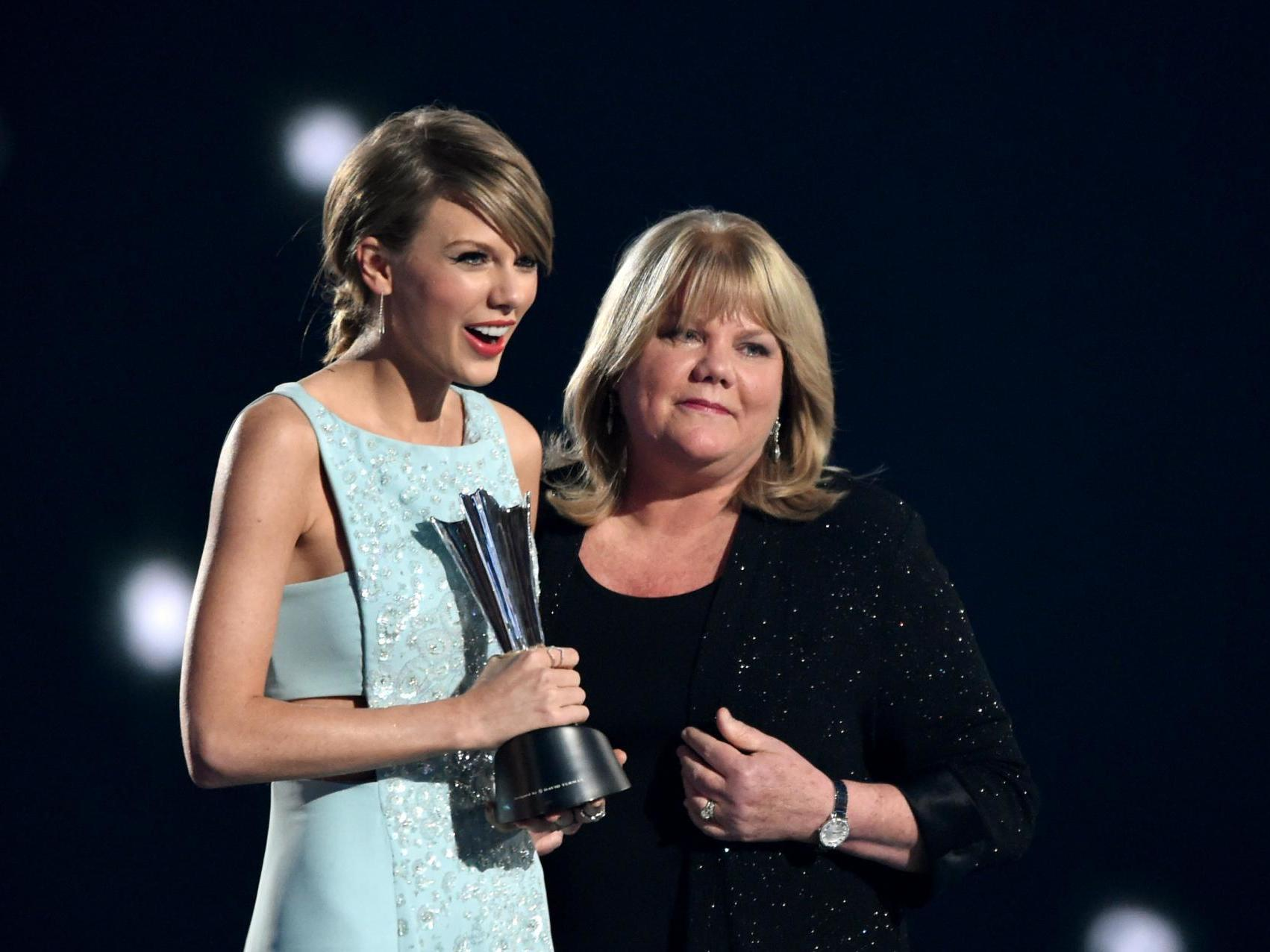 Taylor Swift Reveals Her Mother Has Been Diagnosed With A Brain Tumour The Independent The Independent
