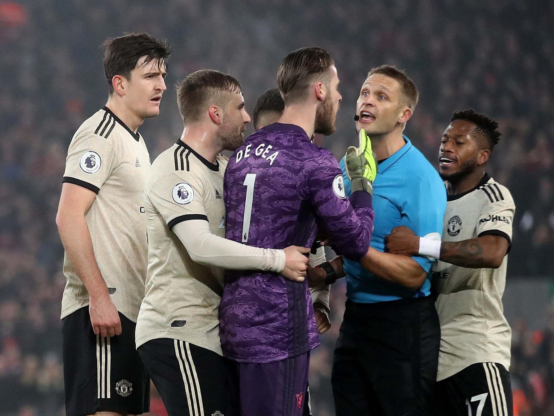 Футболисты Манчестер Юнайтед окружили арбитра