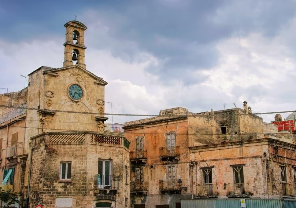 Coronavirus: Quarantine raises virus fears in northern Italy