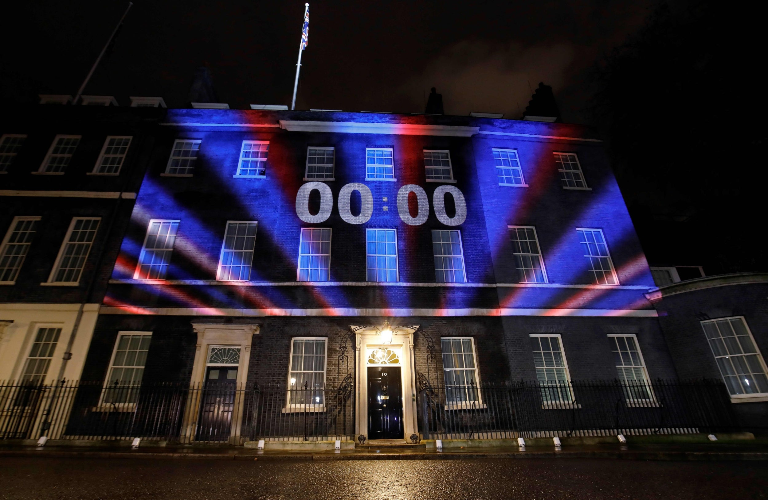 Journalists walk out of No 10 after bid to impose selective briefing…