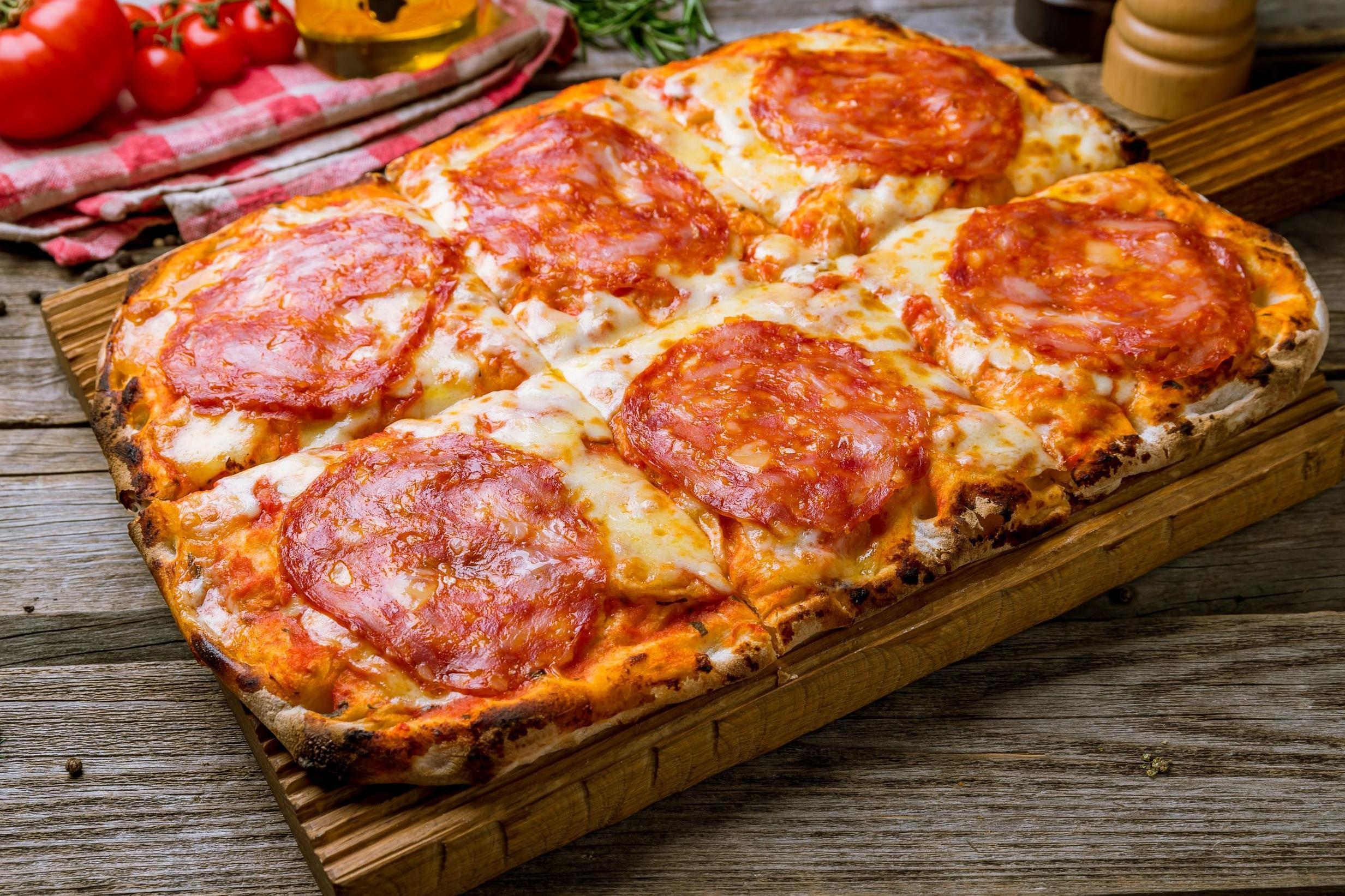 What is the pinsa pizza trend and where did it come from?