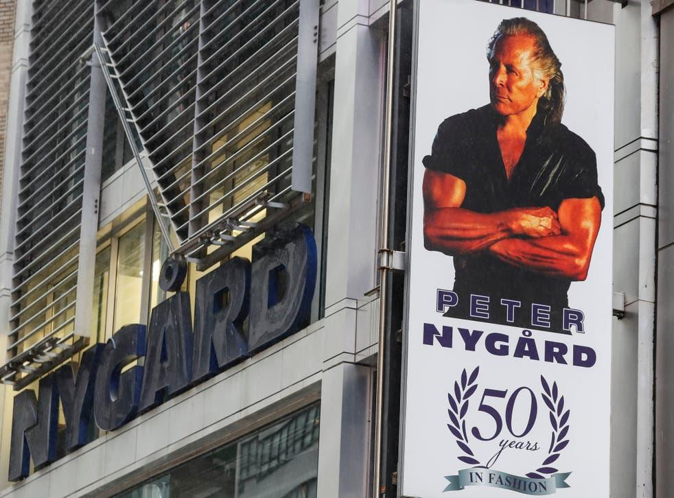 <p>Un cartel con una imagen de Peter Nygard fuera de su sede en Times Square, en la Ciudad de Nueva York.</p>