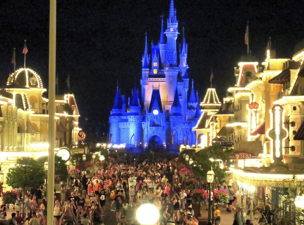<p>Guests at Disney theme parks are once again required to wear facemasks inside, the company announced this week.</p>