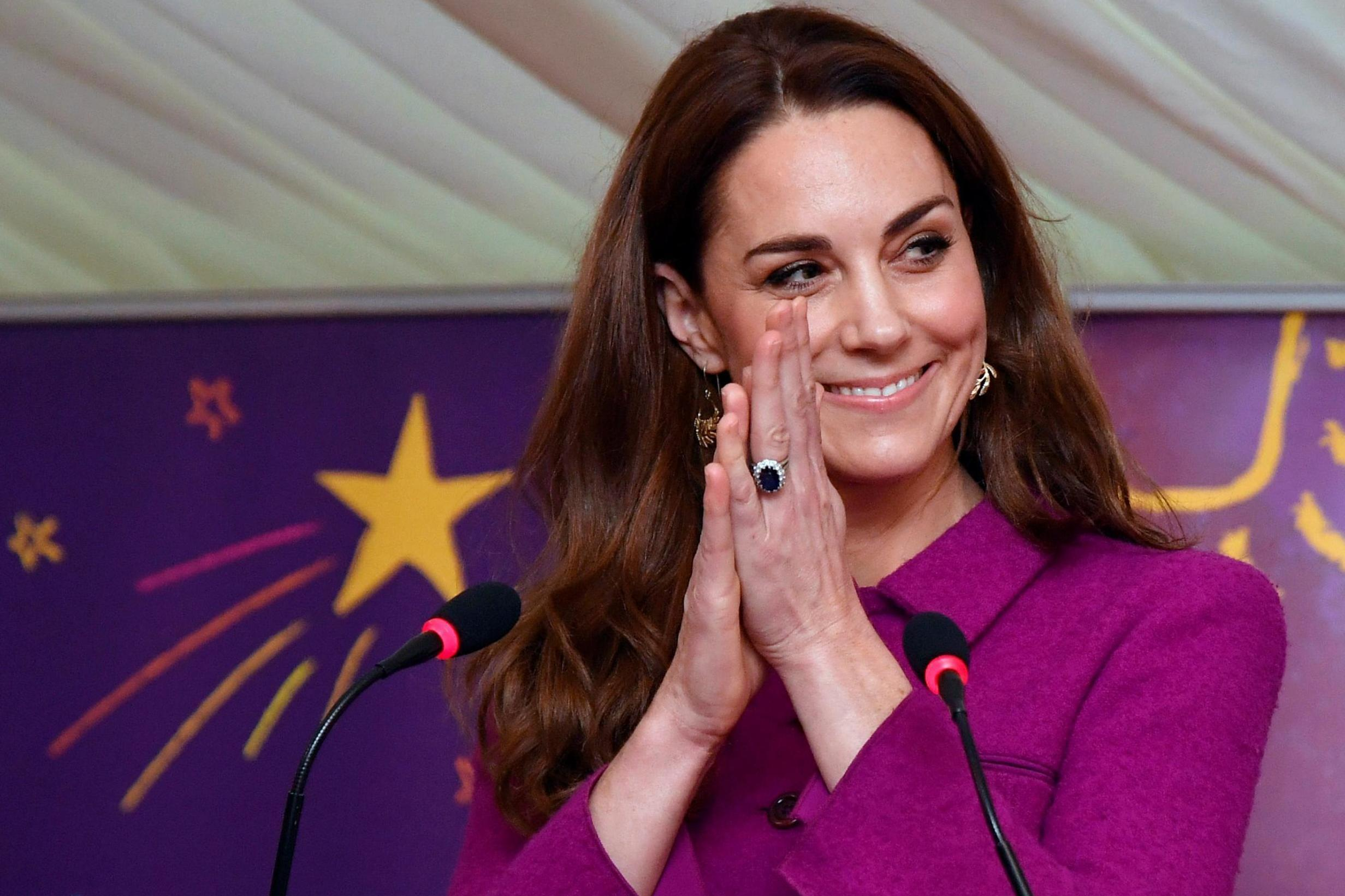 kate middleton removes engagement ring while self quarantining amid coronavirus pandemic the independent the independent kate middleton removes engagement ring