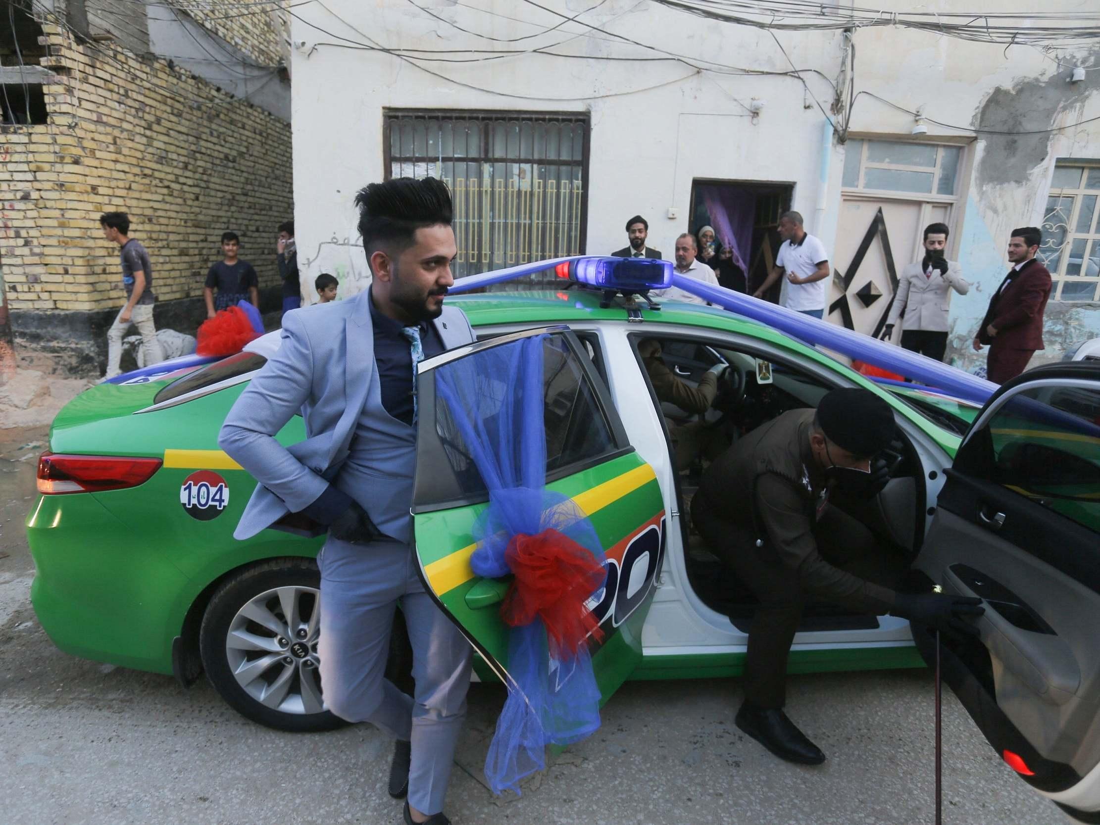 Iraqi police help couple celebrate wedding despite coronavirus curfew thumbnail