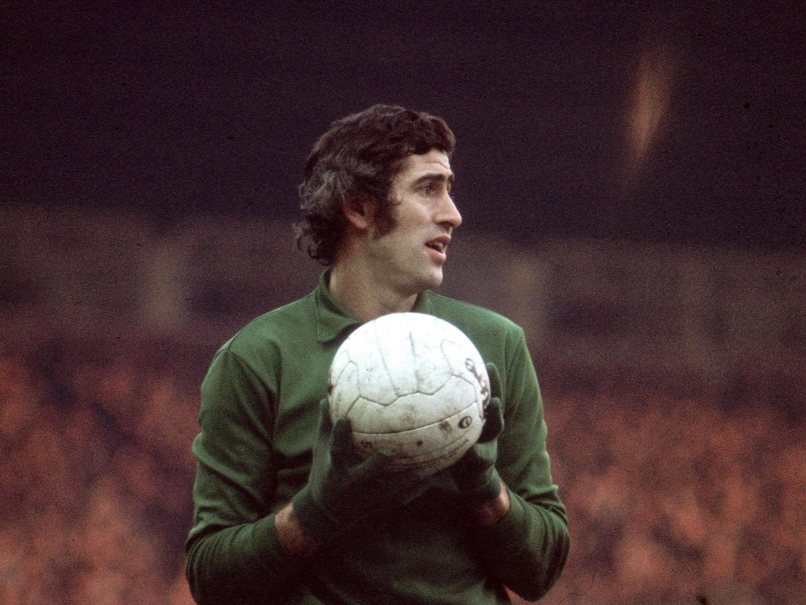 Petr Cech leads tributes to fellow goalkeeper and Chelsea 'legend' Peter Bonetti thumbnail